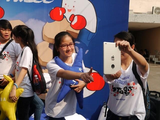 Giới trẻ thích thú với ngày hội đập gối ở Sài Gòn - ảnh 3