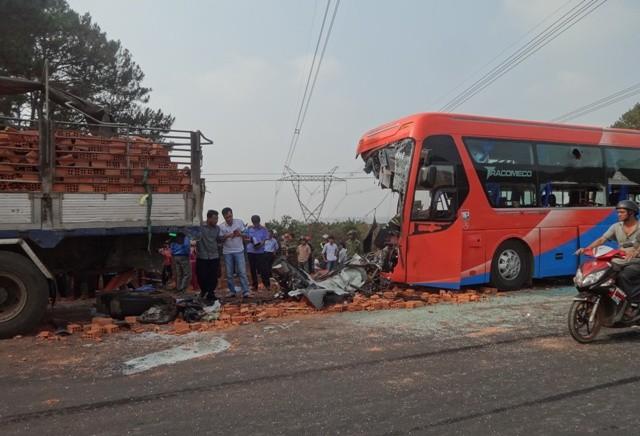 Xe khách tông xe tải, hai người tử vong, nhiều người bị thương - ảnh 1