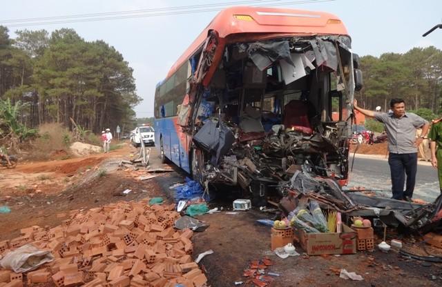 Xe khách tông xe tải, hai người tử vong, nhiều người bị thương - ảnh 3