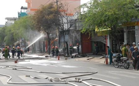 Huy động gần trăm cảnh sát chữa cháy cửa hàng hóa chất - ảnh 3