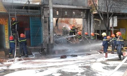 Huy động gần trăm cảnh sát chữa cháy cửa hàng hóa chất - ảnh 1