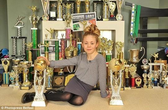 Cô bé 9 tuổi múa kiếm gây sốt ở cuộc thi tìm kiếm tài năng - ảnh 10