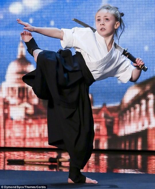 Cô bé 9 tuổi múa kiếm gây sốt ở cuộc thi tìm kiếm tài năng - ảnh 2
