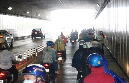 Phát hiện phía bên ngoài đường Mai Chí Thọ trời đổ mưa lớn...