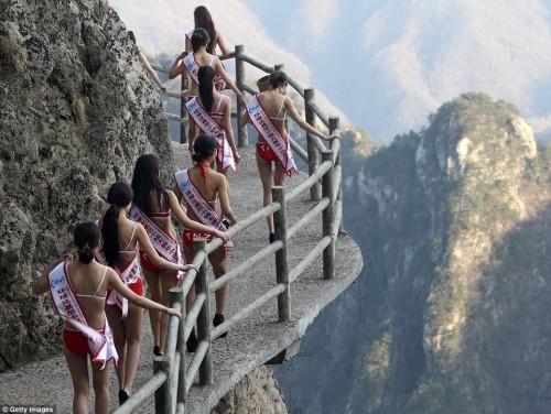 Choáng ngợp màn catwalk ở độ cao 2000 mét của dàn thí sinh hoa hậu bikini
