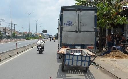 Lái xe tự chế đâm vào xe tải tử vong - ảnh 2