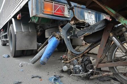 Lái xe tự chế đâm vào xe tải tử vong - ảnh 1