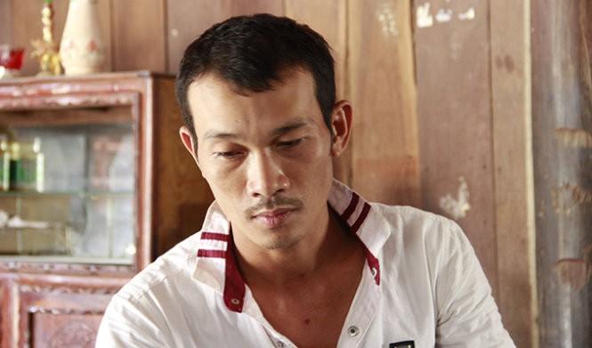 Anh Lê Tiến Phú kể lại sự việc bị ông Phạm Thành Trung xịt hơi cay - Ảnh: B.D.