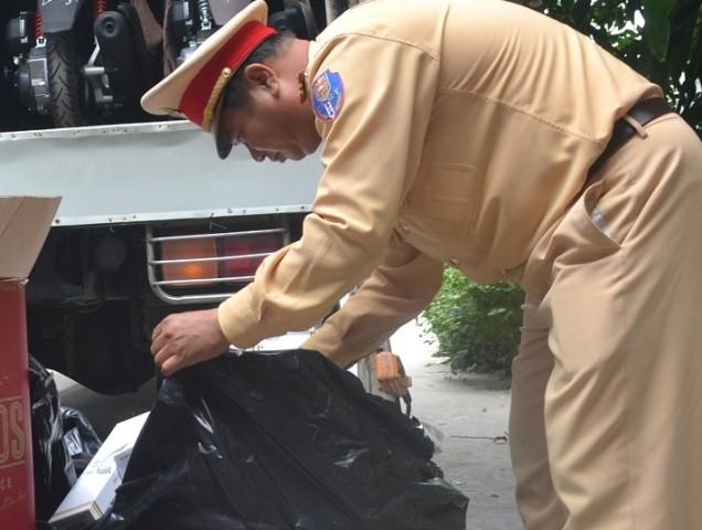 Bắt xe tải chở hàng ngàn gói thuốc lá lậu - ảnh 1