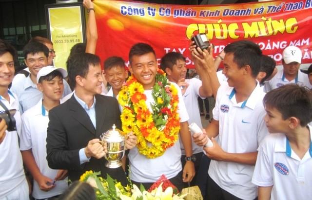 Hàng trăm người ra sân bay đón tay vợt Lý Hoàng Nam - ảnh 1