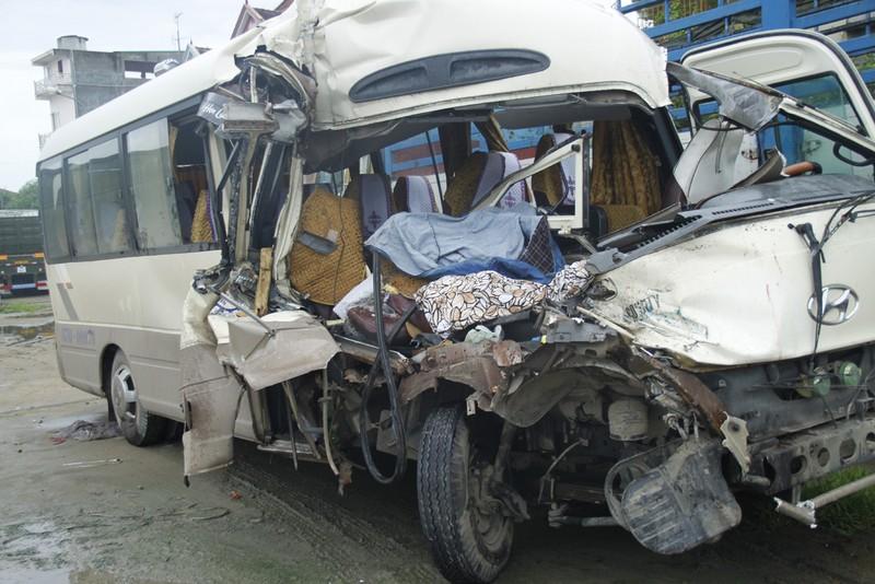 Xe khách đâm xe tải, 9 người bị thương - ảnh 1