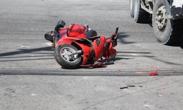 Xe máy vượt đèn đỏ tông vào xe tải, 2 thanh niên bị thương - ảnh 1