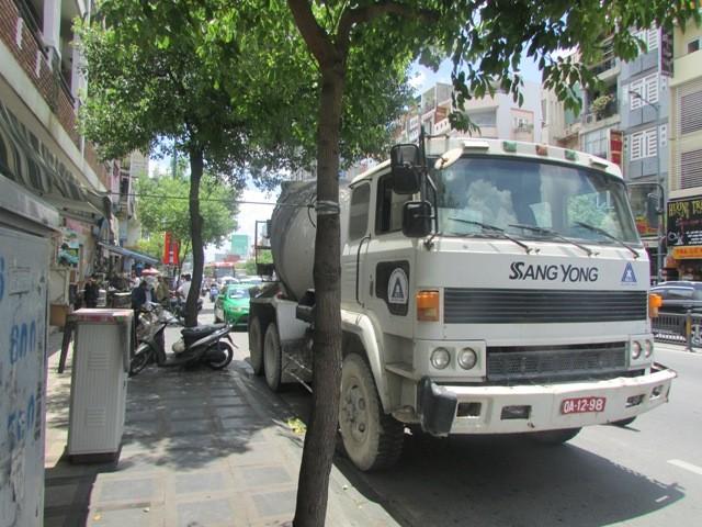 Xe bồn va chạm taxi, ùn tắc giao thông hàng giờ liền - ảnh 2