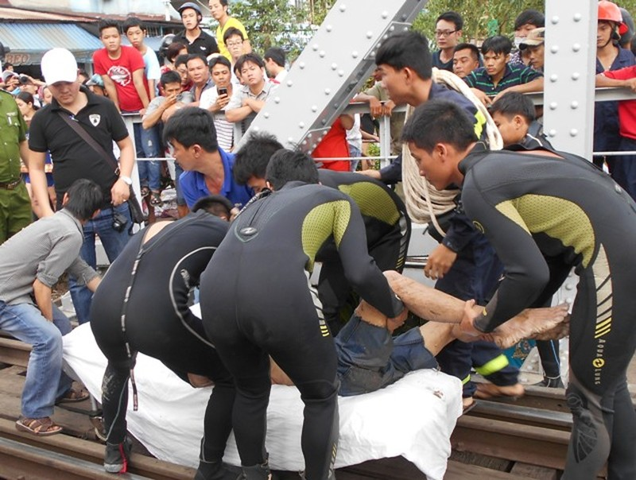 Thách nhau bơi qua kênh Nhiêu Lộc-Thị Nghè, 1 người chết - ảnh 2
