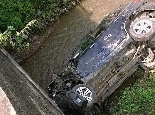 Xe chở Phó Trưởng Phòng CSGT tỉnh gặp nạn, rơi xuống suối - ảnh 1