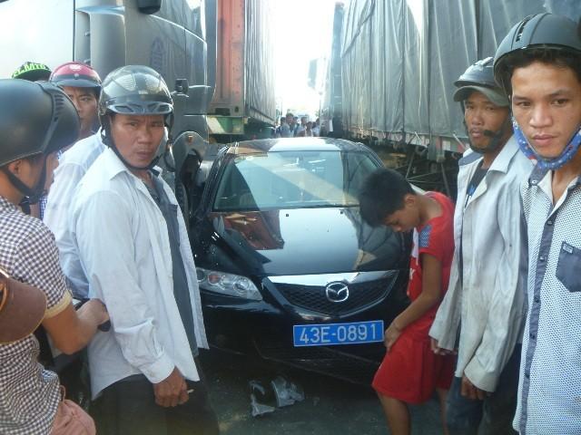 Hai xe đầu kéo kẹp xe ô tô, 4 người thoát chết - ảnh 1