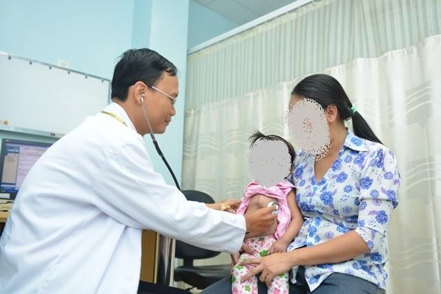 Phẫu thuật đưa tim vào lồng ngực cho bé 16 tháng tuổi - ảnh 1