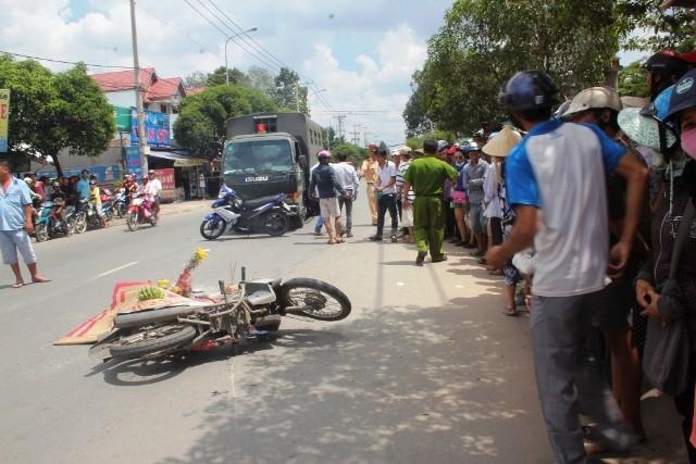 Va chạm với xe máy, cô gái bị xe tải từ sau lao đến cán tử vong - ảnh 1
