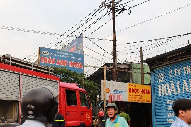 Trụ điện bốc cháy dữ dội, hàng chục hộ dân hoảng hốt - ảnh 1