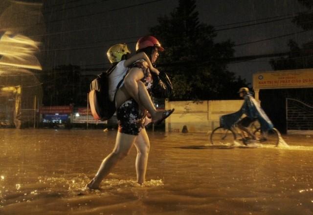 TP.HCM: Mưa lớn, nhiều người dân chưa về được nhà... - ảnh 3
