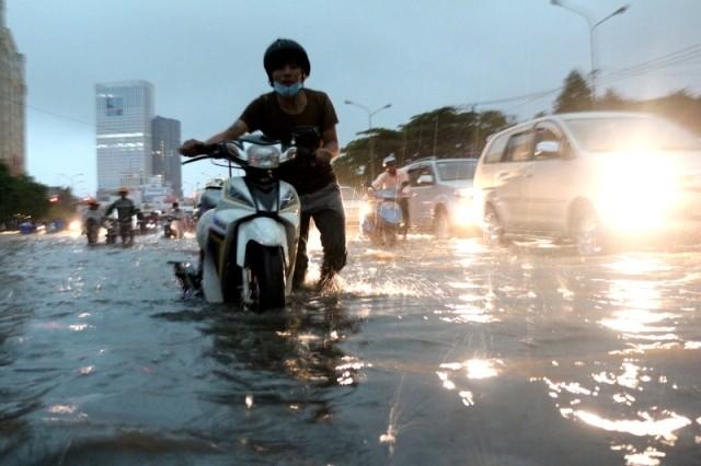Sài Gòn ngập như sông, người dân 'bơi' về nhà - ảnh 2