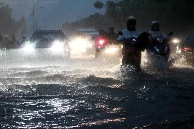 Sài Gòn ngập như sông, người dân 'bơi' về nhà - ảnh 3