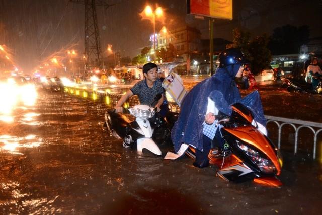 Sài Gòn ngập như sông, người dân 'bơi' về nhà - ảnh 4