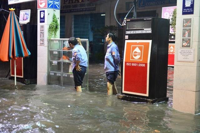 Sài Gòn ngập như sông, người dân 'bơi' về nhà - ảnh 5
