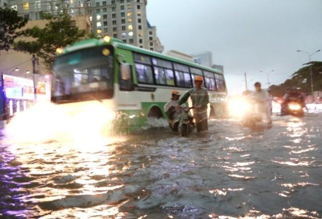 Sài Gòn ngập như sông, người dân 'bơi' về nhà - ảnh 1