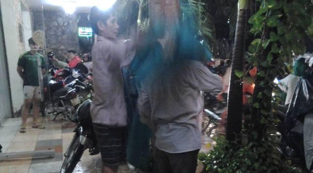 Tình người trong mưa - ảnh 1