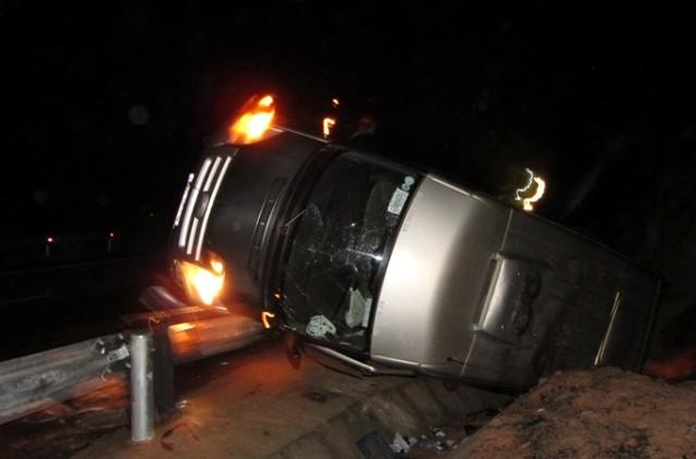 Xe khách lật nhào, một người chết, ba người bị thương - ảnh 1
