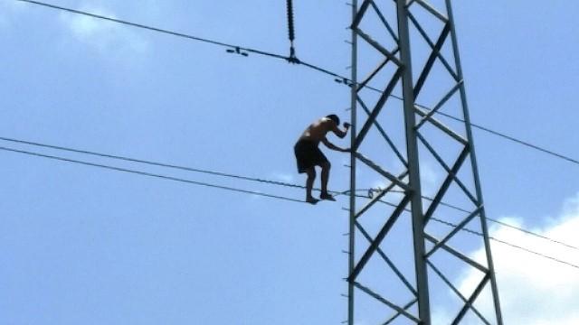 Thanh niên nghi 'ngáo đá' trèo lên cột điện cao hàng chục mét - ảnh 1