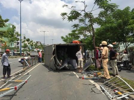 Xe tải nổ bánh lật 'chổng vó' trên đường Võ Văn Kiệt - ảnh 1