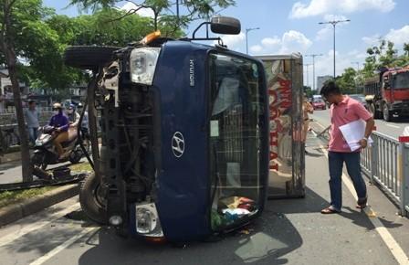 Xe tải nổ bánh lật 'chổng vó' trên đường Võ Văn Kiệt - ảnh 3