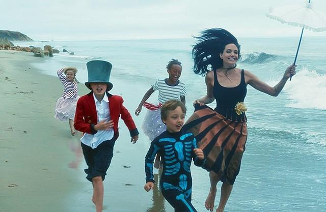 Gia đình Angelina Jolie - Brad Pitt và những khoảnh khắc ngọt ngào - ảnh 3