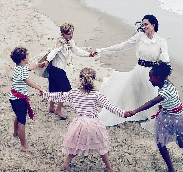Gia đình Angelina Jolie - Brad Pitt và những khoảnh khắc ngọt ngào - ảnh 6