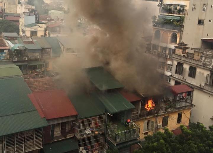 Sau tiếng nổ, cháy lớn ở một khu nhà tập thể - ảnh 1