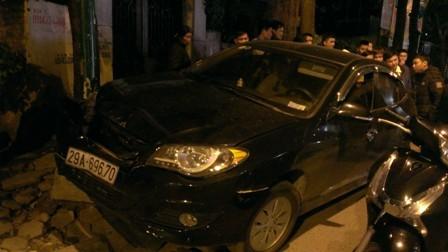 'Xe điên' tông hàng loạt xe máy, ba người bị thương nặng - ảnh 1