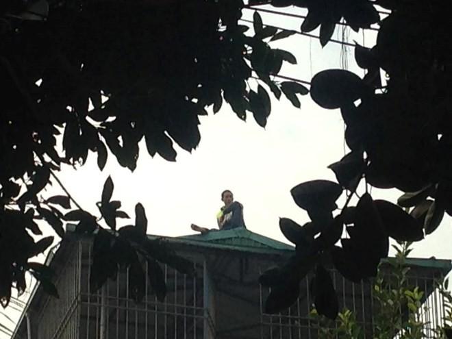 Thanh niên nghi ngáo đá cố thủ trên nóc nhà đã tự nhảy xuống - ảnh 2