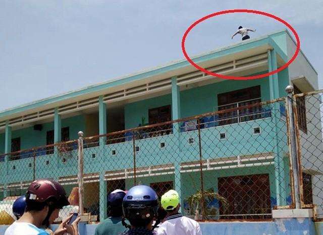 Một thanh niên nghi ngáo đá leo lên sân thượng trường mầm non - ảnh 1