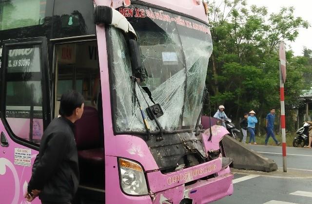 Né xe tải gặp nạn, xe khách lao thẳng vào nhà dân - ảnh 2