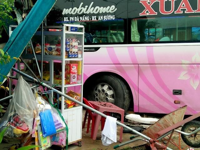 Né xe tải gặp nạn, xe khách lao thẳng vào nhà dân - ảnh 1