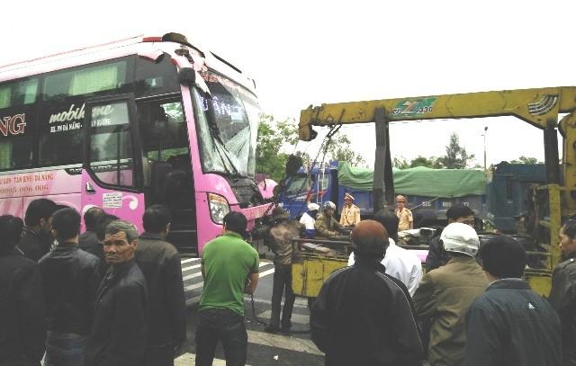 Né xe tải gặp nạn, xe khách lao thẳng vào nhà dân - ảnh 3