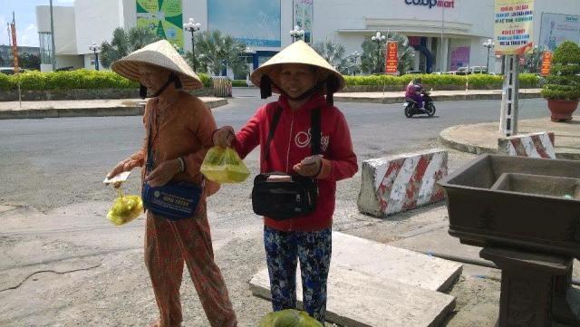 Cơm miễn phí giúp người dân nghèo vùng hạn mặn - ảnh 2