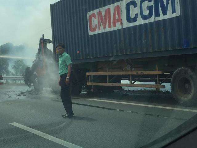 Tài xế tung cửa thoát thân khi xe container bốc cháy trên cao tốc - ảnh 2