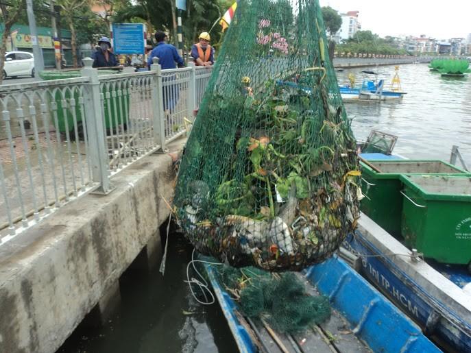 Rải 7 tấn hóa chất xử lý ô nhiễm kênh Nhiêu Lộc - Thị Nghè - ảnh 1