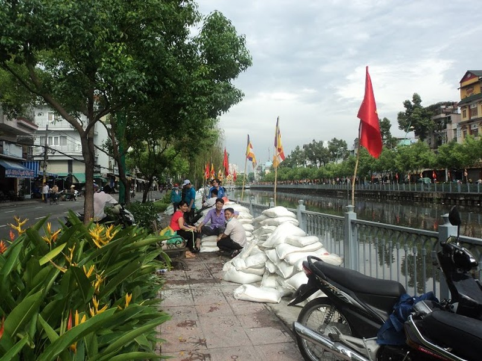 Rải 7 tấn hóa chất xử lý ô nhiễm kênh Nhiêu Lộc - Thị Nghè - ảnh 7