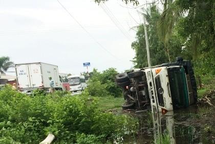 Hai xe tải tông nhau, 1 tài xế tử vong trong cabin - ảnh 2