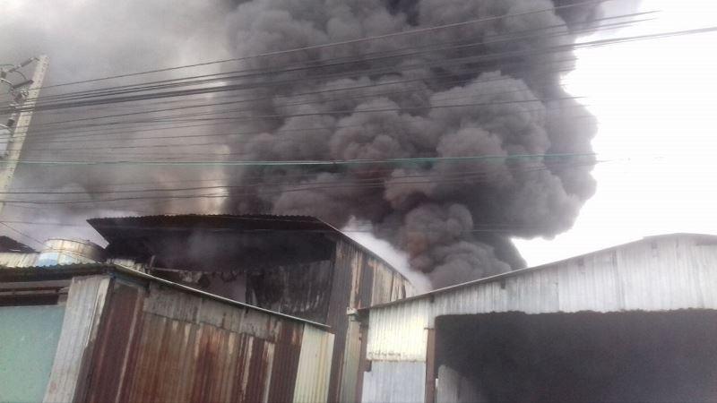 Sau tiếng nổ lớn, hỏa hoạn thiêu rụi xưởng gỗ - ảnh 2