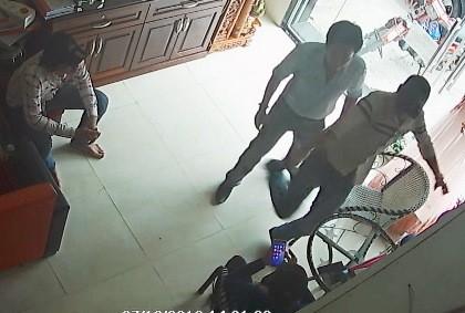 Xác định được 2 nghi can trong vụ xông vào nhà đánh người - ảnh 1